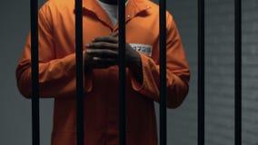 Mãos de fricção do prisioneiro afro-americano ansioso, frase de espera, punição video estoque
