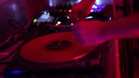 Mãos de giro do DJ da plataforma giratória no clube noturno vídeos de arquivo
