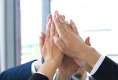 Mãos de junta da equipe do negócio que estão junto no escritório Fotos de Stock
