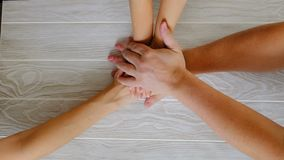 Mãos de junta dos povos, conceito de família Vista superior filme
