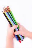 Mãos de lápis da terra arrendada da criança Imagens de Stock