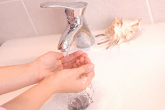 Mãos de lavagem Foto de Stock