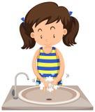 Mãos de lavagem da menina no dissipador ilustração stock