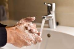 Mãos de lavagem do homem novo foto de stock royalty free