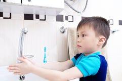 Mãos de lavagem do menino, cuidados médicos pessoais da criança, conceito da higiene Imagens de Stock Royalty Free