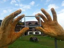 Mãos de madeira que fixam uma cabana da montanha Imagem de Stock Royalty Free