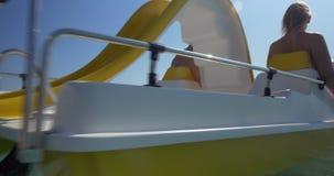 Mãos de ondulação da família feliz ao navegar no barco do pedal video estoque