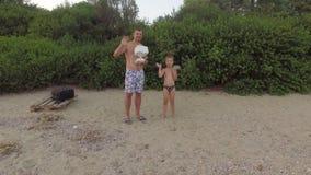 Mãos de ondulação felizes do paizinho e do filho à câmera do helicóptero video estoque