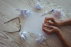 Mãos de papéis de amarrotamento da mulher de negócios na mesa no escritório Fotos de Stock Royalty Free