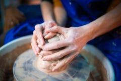 Mãos de pares novos no amor que faz o jarro da argila na roda de oleiro Metragem sensual dos povos na data romântica Cerâmica imagens de stock royalty free