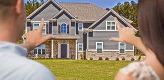 Mãos de quadro da casa e dos pares militares na parte dianteira Foto de Stock Royalty Free