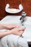 Mãos de secagem Fotos de Stock Royalty Free