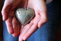 Mãos de senhora nova que prendem um coração Imagem de Stock Royalty Free