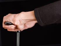 Mãos de um bombeamento do homem isoladas sobre o preto Imagens de Stock