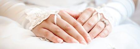 Mãos de um close-up da noiva fotos de stock