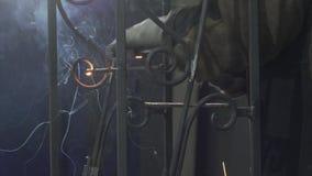Mãos de um ferro Ros da solda de In Protective Gloves do ferreiro filme