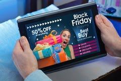 Mãos de um homem em um Web site com um conceito do anúncio para o bla Fotos de Stock Royalty Free