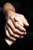 Mãos de um homem idoso que guarda a mão de um homem mais novo Foto de Stock Royalty Free