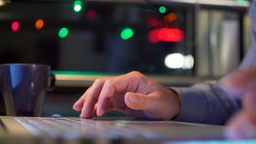 Mãos de um homem que trabalha pelo computador tardio video estoque