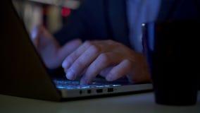 Mãos de um homem que trabalha pelo computador tardio vídeos de arquivo