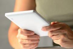 Mãos de um homem que usa uma tabuleta do PC, do baixo ângulo Fotografia de Stock Royalty Free