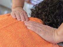 Mãos de um massagista fotos de stock