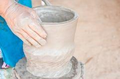 Mãos de um oleiro fotografia de stock royalty free