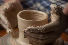 Mãos de um oleiro Fotos de Stock