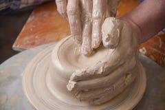 Mãos de um oleiro Imagem de Stock