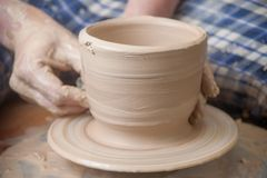 Mãos de um oleiro Foto de Stock Royalty Free