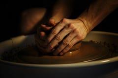 Mãos de um oleiro Imagem de Stock Royalty Free