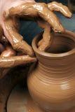 Mãos de um oleiro, criando um frasco earthen imagens de stock royalty free