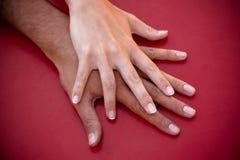 Mãos de um par no amor Imagem de Stock Royalty Free