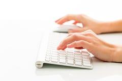 Mãos de um trabalho da pessoa um teclado Fotografia de Stock Royalty Free