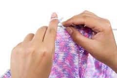 Mãos de uma confecção de malhas da mulher nova Imagens de Stock Royalty Free