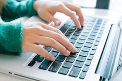 Mãos de uma datilografia da mulher do escritório Imagem de Stock Royalty Free