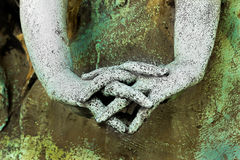 Mãos de uma estátua com os dedos cruzados Foto de Stock Royalty Free