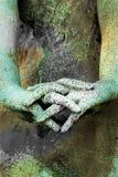 Mãos de uma estátua com os dedos cruzados Imagens de Stock