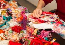Mãos de uma jovem mulher que borda no quadro de bordado han Fotografia de Stock