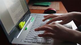 Mãos de uma jovem mulher usando o portátil, texto de datilografia vídeos de arquivo