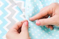Mãos de uma menina com uma agulha e um pano handmade Scrapbooking fotografia de stock royalty free