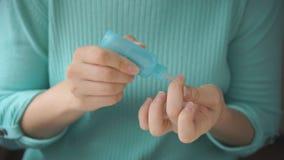 Mãos de uma menina para fazer o tratamento de mãos video estoque