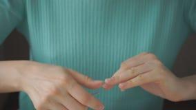 Mãos de uma menina para fazer o tratamento de mãos filme