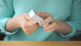 Mãos de uma menina para fazer o tratamento de mãos vídeos de arquivo