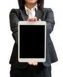 Mãos de uma mulher de negócios que guarda o dispositivo vazio da tabuleta Imagem de Stock Royalty Free