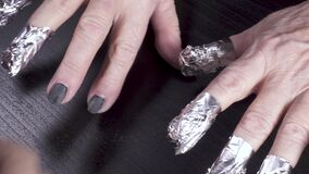 Mãos de uma mulher idosa na folha video estoque