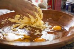Mãos de uma mulher que misturam ingredientes como ovos crus, farinha, pó B fotos de stock royalty free
