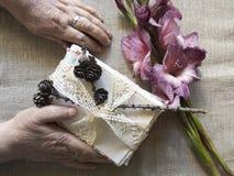Mãos de uma pessoa idosa imagem de uma senhora mais idosa d Imagens de Stock Royalty Free