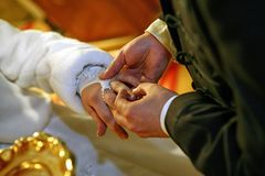 Mãos de uns noivos Imagem de Stock Royalty Free