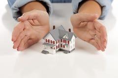 Mãos de Womans em torno da casa modelo Imagens de Stock Royalty Free